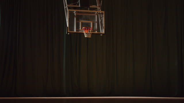 vidéos et rushes de vide de soirée de nuit de salle de basket-ball - ligue sportive