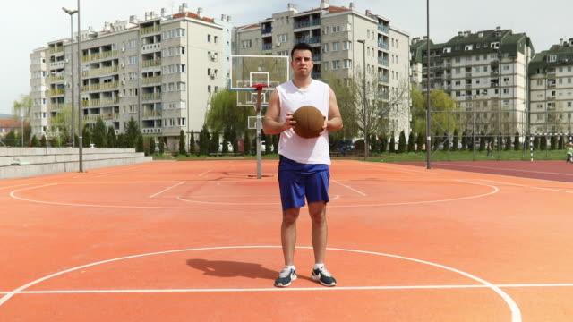 彼の血液中バスケット ボール - 全身点の映像素材/bロール
