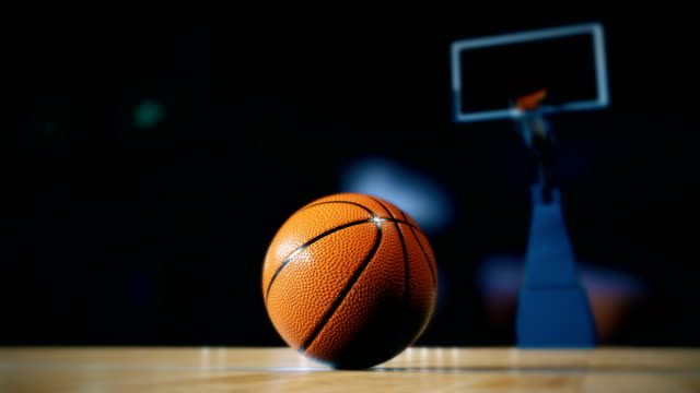 stockvideo's en b-roll-footage met basketbal op het hof - basketbal teamsport