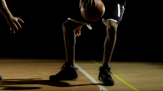 stockvideo's en b-roll-footage met basketball player dribbling a ball - basketbal teamsport