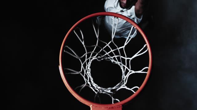 vídeos y material grabado en eventos de stock de una persona basketball player dunking de la bola - basketball hoop