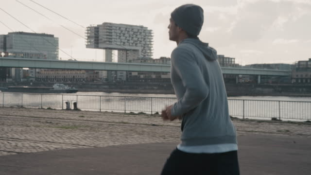 stockvideo's en b-roll-footage met basketballer joggen op weg in de stad - basketbal teamsport