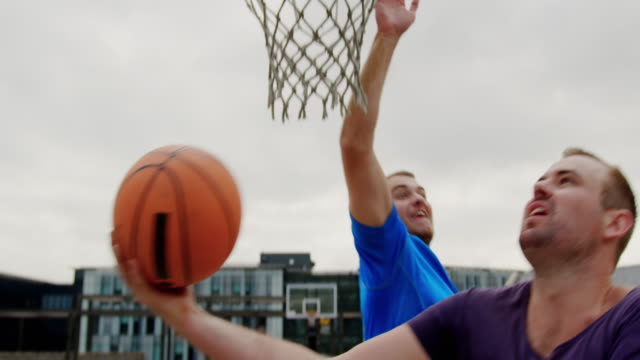stockvideo's en b-roll-footage met basketbal spelers spelen basketbal 4k - basketbal teamsport
