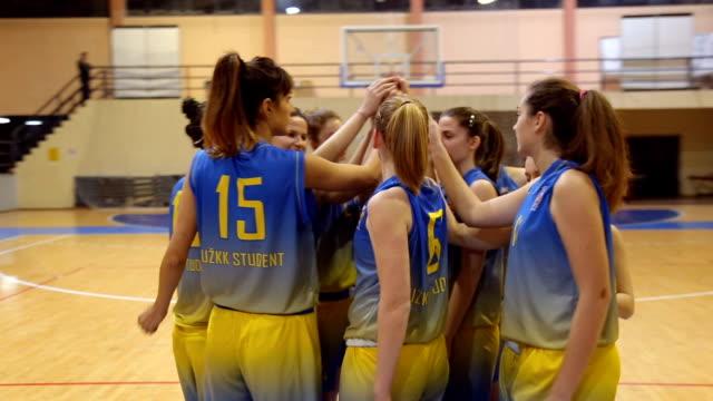 vídeos de stock e filmes b-roll de basketball players unity - equipa desportiva