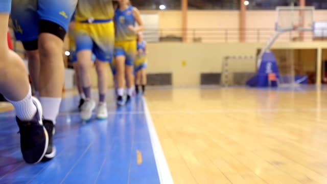 vídeos de stock e filmes b-roll de basketball players warming up - liga desportiva