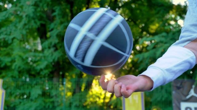 basket snurrar på ett finger, park med solnedgång, träd i bakgrunden, öppen area - basketboll boll bildbanksvideor och videomaterial från bakom kulisserna