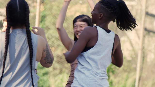 stockvideo's en b-roll-footage met basketbalteam viert na scoren in wedstrijd - aziatische etniciteit