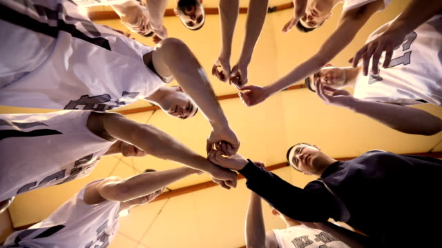 stockvideo's en b-roll-footage met basketbal team eenheid - basketbal teamsport