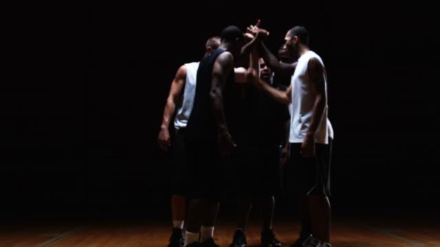 stockvideo's en b-roll-footage met basketball team - huddle