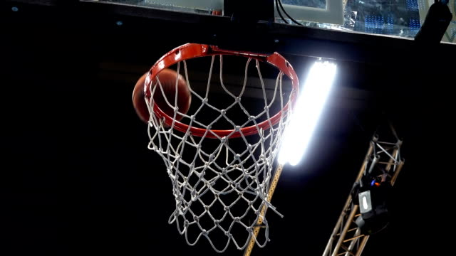 stockvideo's en b-roll-footage met basketbal, de bal vliegt in de mand - basketbal teamsport