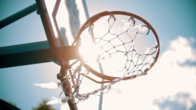 vídeos y material grabado en eventos de stock de un entrenamiento de baloncesto afuera. lanzando una pelota en un aro de baloncesto. la pelota se pone en el blanco. - basketball hoop