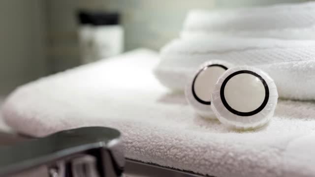vídeos de stock e filmes b-roll de bath soaps in modern hotel - home decor - objeto decorativo