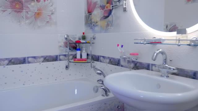 badezimmer interieur: hahn, handtuch, waschbecken, badewanne mit armaturen und duschen - waschmaschine wand stock-videos und b-roll-filmmaterial