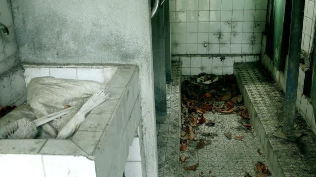 badezimmer der verlassenen gebäude - waschmaschine wand stock-videos und b-roll-filmmaterial