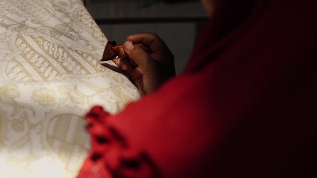vídeos de stock, filmes e b-roll de batik tulis indonésia - arte e artesanato assunto