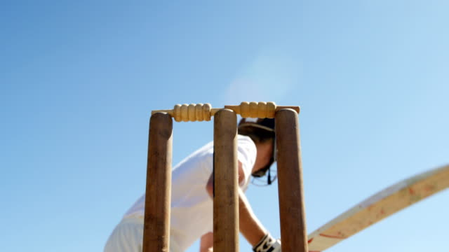 vídeos y material grabado en eventos de stock de batsman conseguir lanzada durante el partido de cricket - críquet