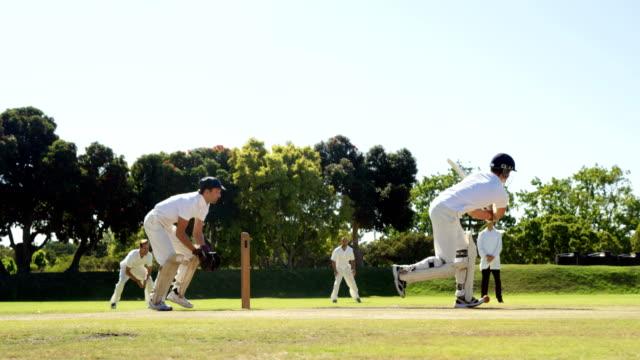vídeos y material grabado en eventos de stock de bateador golpea una bola durante el partido de cricket - críquet