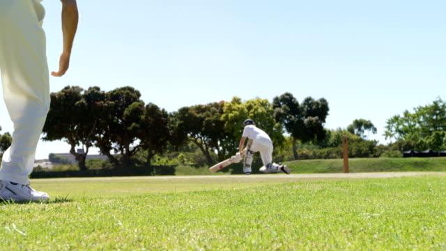 Batteur jouant un balayage tourné pendant le match de cricket - Vidéo