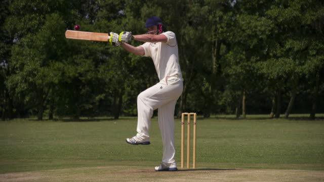 vídeos y material grabado en eventos de stock de un grillo juego de bateador golpea la bola en cámara lenta. - críquet
