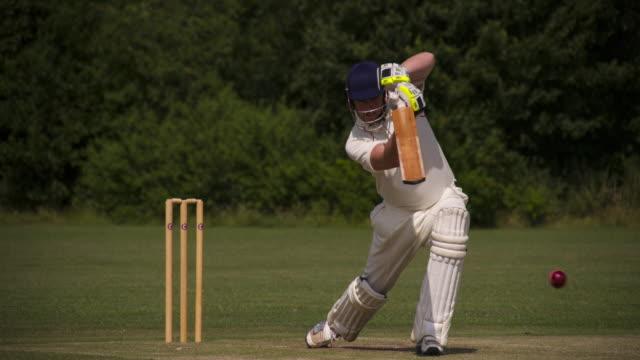 vídeos y material grabado en eventos de stock de un batsman juega un golpe de cricket. - críquet