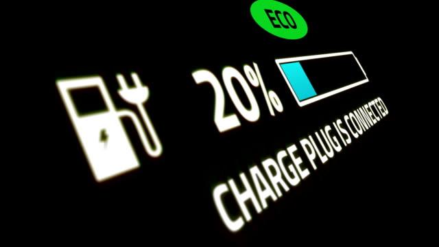 Batteriladdningsindikator för elbil visar energifyllning från noll till hundra procent och ikon med ordekoblixtar video