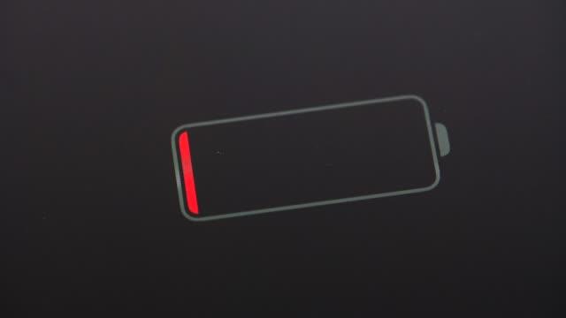batterieindikator - niedrig stock-videos und b-roll-filmmaterial