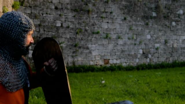 stockvideo's en b-roll-footage met strijd tussen twee agressieve en sterke tegenstanders, middeleeuwse ridders. - ridderlijkheid