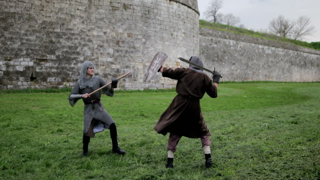i̇ki saldırgan ve güçlü rakipler, ortaçağ şövalyeleri arasındaki savaş. - ortaçağ stok videoları ve detay görüntü çekimi