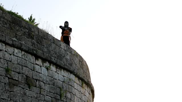 兩個侵略和強大的對手之間的戰鬥, 弓和箭, 中世紀騎士 - sword 個影片檔及 b 捲影像