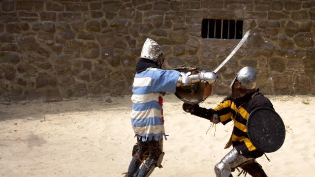 stockvideo's en b-roll-footage met slag bij twee ridders in de arena - ridderlijkheid