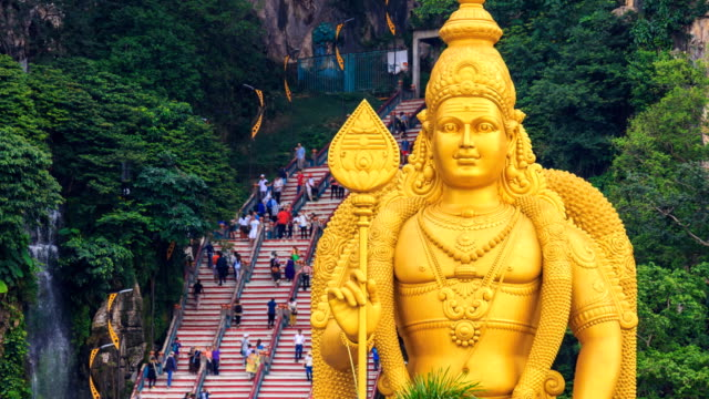 batu caves temple and big murugan statue landmark travel place of kuala lumpur, malaysia 4k time lapse (zoom in) - malese video stock e b–roll