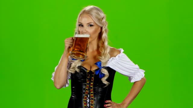 Baviera chica bebiendo cerveza. Pantalla verde - vídeo