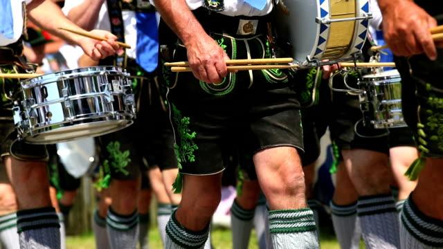 musicisti suonano bavarese in parata di strada ms - costume tradizionale video stock e b–roll