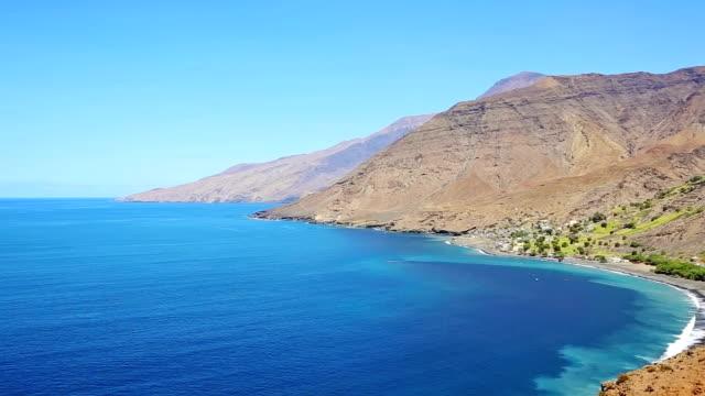stockvideo's en b-roll-footage met bay of tarrafal de monte trigo - cape verde - natuurgrond