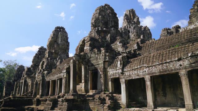 vídeos de stock e filmes b-roll de bayon temple in angkor thom in siem reap, cambodia - buda