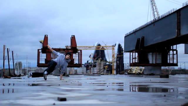 b ボーイブレイクダンスダンス、産業開発区 - street graffiti点の映像素材/bロール