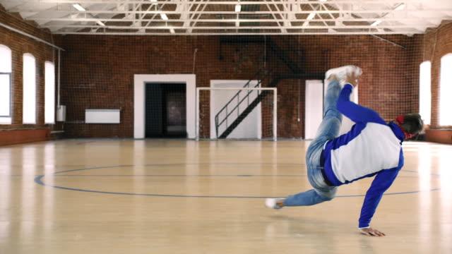 b 少年スポーツ ジムでダンス - ダンススタジオ点の映像素材/bロール