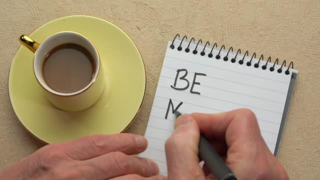 siyah bir marker ile bir not yazma dikkatli-man el olun - mindfulness stok videoları ve detay görüntü çekimi