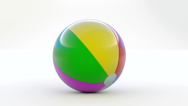 vidéos et rushes de ballon de plage rebondir vers la caméra. - balle ou ballon