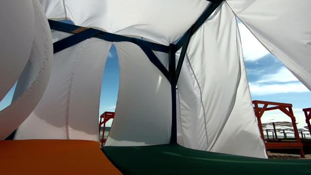 strandliege mit schattierungen - sun chair stock-videos und b-roll-filmmaterial