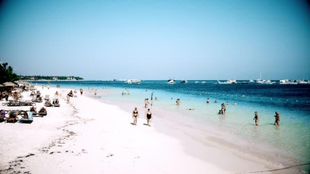Strandpflege an einem Urlaubsort in der Karibik, Punta Cana, Dominikanische Republik – Video