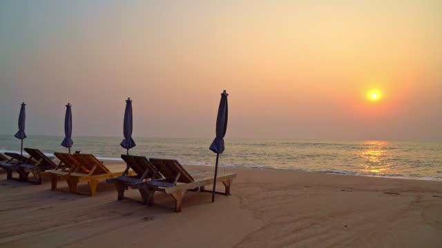 beach chair on beach with sea and sky background - vídeo