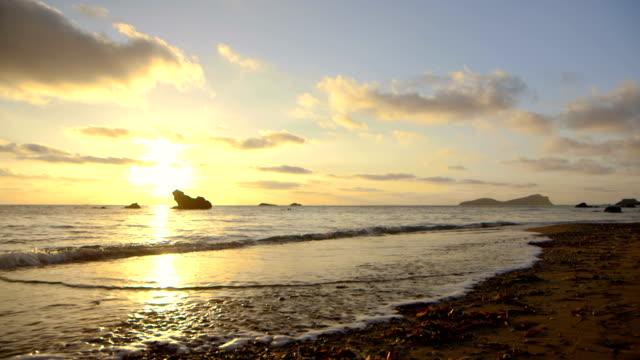 vídeos de stock e filmes b-roll de turva nascer do sol praia - ibiza