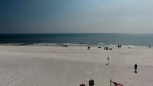 beach sinek üzerinde bayrak - alabama stok videoları ve detay görüntü çekimi