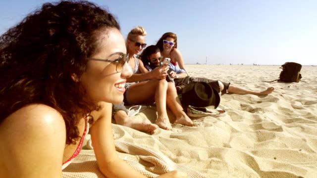 slow motion - beach friends group - 25 29 år bildbanksvideor och videomaterial från bakom kulisserna