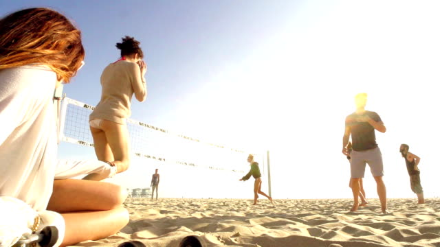 MONTAGE von Freunden-Beach-Volleyball, Kalifornien – Video