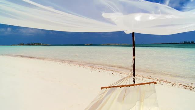 plaża hamak na luksusowe wakacje - idylliczny filmów i materiałów b-roll