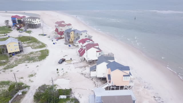 vídeos de stock, filmes e b-roll de casas de praia ameaçadas pela mudança climática - erodido
