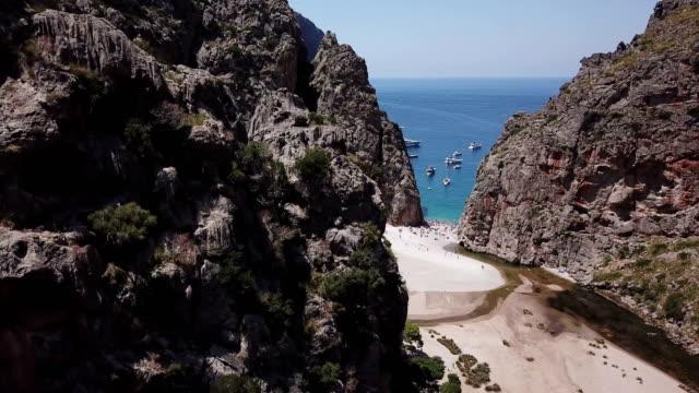 vídeos de stock, filmes e b-roll de praia em canyon com barcos e pessoas - estreito mar