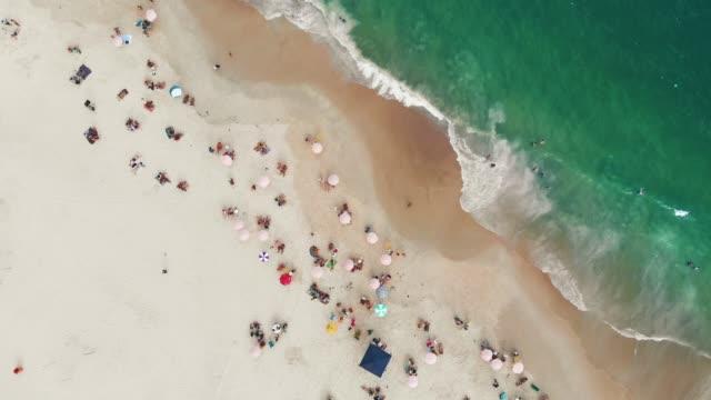 上からリオ ・ デ ・ ジャネイロ、ブラジルのビーチ - コパカバーナ海岸点の映像素材/bロール